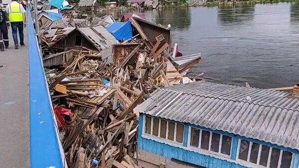 Затор из жилых домов возле моста через федеральную трассу Сибирь в городе Тулун в Иркутской области