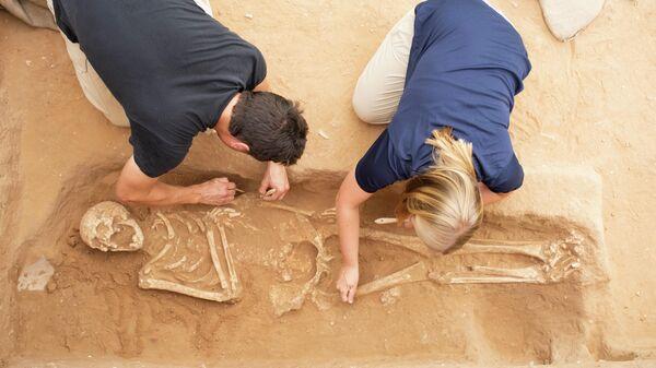 Археологи раскапывают могилу одного из первых филистимлян в Ашкелоне