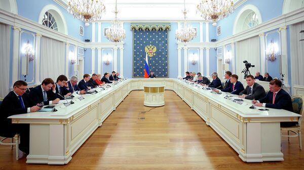 Председатель правительства РФ Дмитрий Медведев проводит совещание с членами кабинета министров. 4 июля 2019