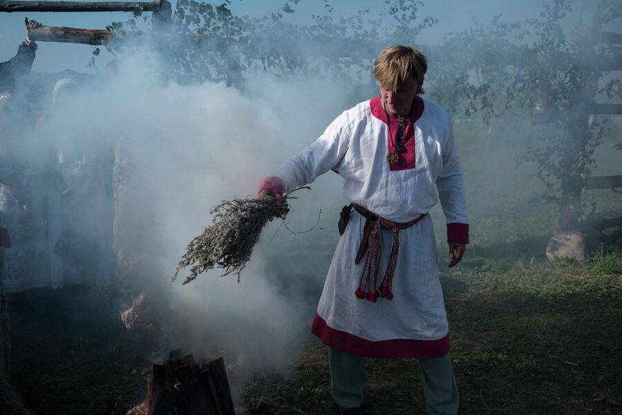Участник празднования Купалы в общине родноверов в Калужской области