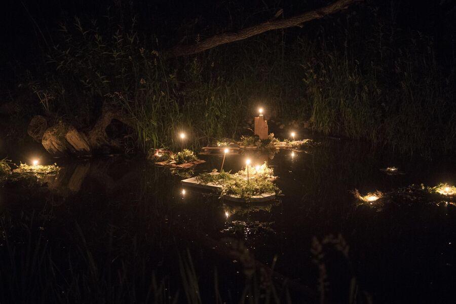 Венки со свечами, пущенные по реке в Калужской области во время празднования Купалы в общине родноверов