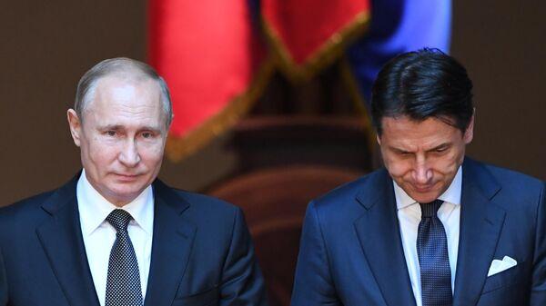 Президент России Владимир Путин и председатель Совета министров Италии Джузеппе Конте  на пресс-конференции по итогам российско-итальянских переговоров во дворце Киджи в Риме. 4 июля 2019