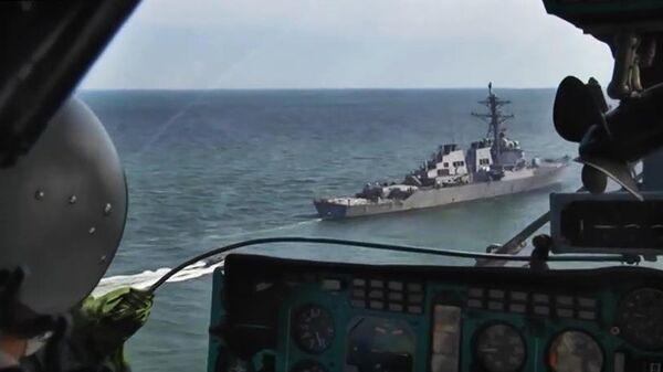 Пилот российского военного самолета наблюдает за эсминцем ВМС США Carney в акватории Черного моря, участвующим в учении стран НАТО Sea Breeze-2019