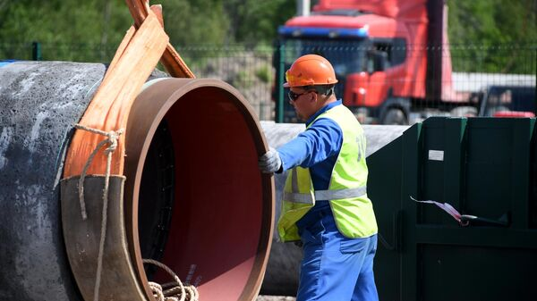 Рабочий на участке строительства газопровода Северный поток-2