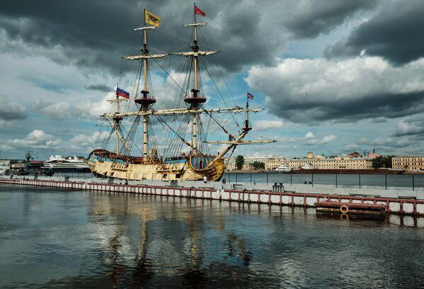 Парусник Полтава у Английской набережной в Санкт-Петербурге