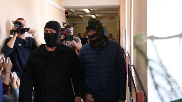 Задержанный Федеральной службой безопасности Александр Воробьев (справа на первом плане) в Лефортовском суде Москвы