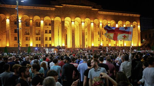 Участники акции протеста у здания парламента Грузии в Тбилиси