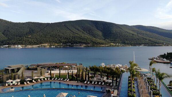 Вид на бухту Гюверджинлик и бассейны отеля Lujo Bodrum