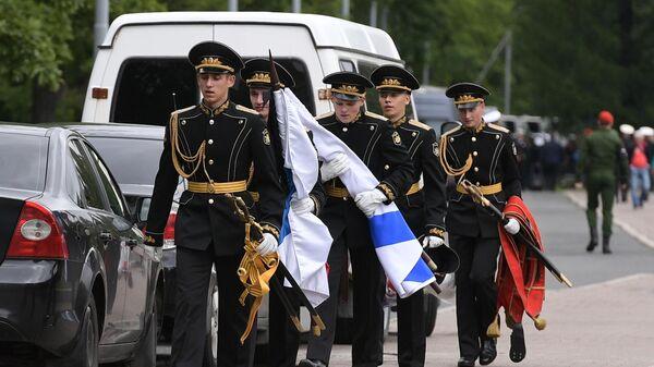Военнослужащие почетного караула на Серафимовском кладбище в Санкт-Петербурге, где похоронят подводников, погибших на глубоководном аппарате в Баренцевом море. 6 июля 2019