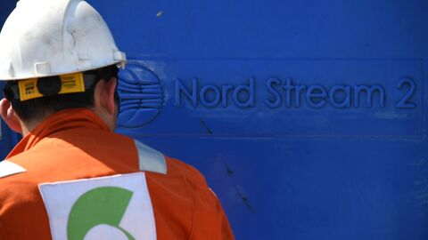 Рабочий на участке строительства газопровода Северный поток-2 в Ленинградской области