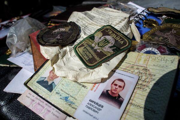 Документы и значки украинских военных, убитых в результате боев в городе Шахтерск под Донецком