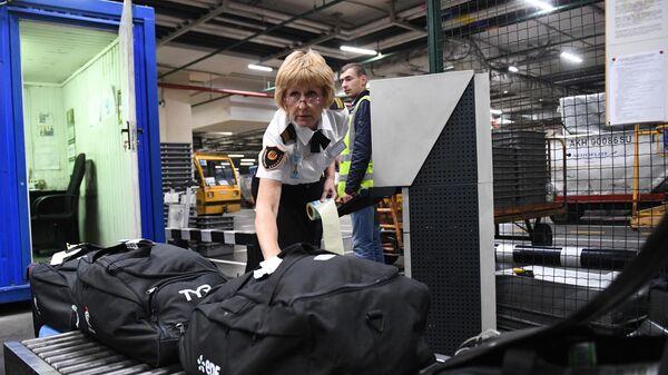 Досмотр негабаритного багажа в международном аэропорту Шереметьево в Москве