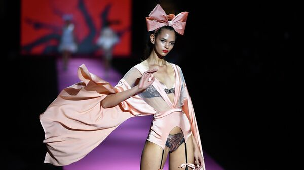 Модель на показе Andres Sarda в рамках Недели моды Mercedes Benz в Мадриде