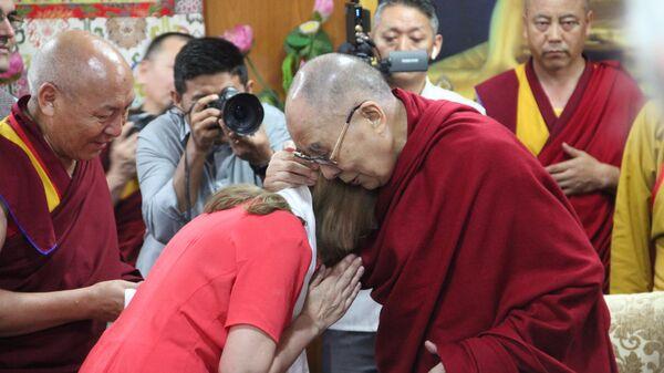 Далай-лама и координатор международного проекта Образование человека в 3-м тысячелетии Маргарита Кожевникова на конференции в Дхарамсале