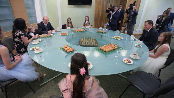 Президент РФ Владимир Путин на встрече в Екатеринбурге с многодетной семьей Сыропятовых, которым в конце мая вручил орден Родительская слава. 9 июля 2019