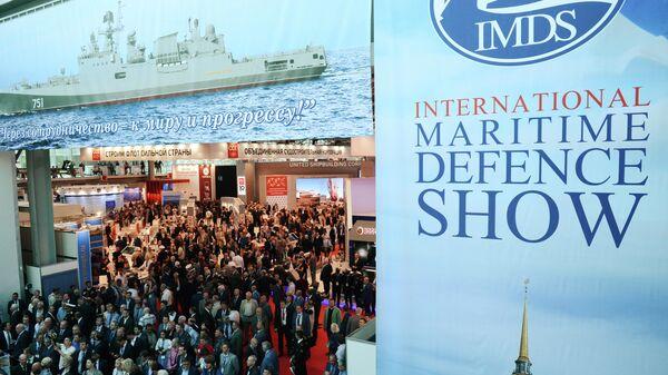 Посетители выставки Международный военно-морской салон в Санкт-Петербурге. 2017 год