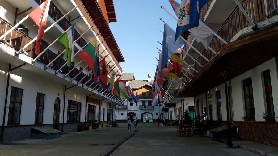 Аллея флагов в Олипийской деревне