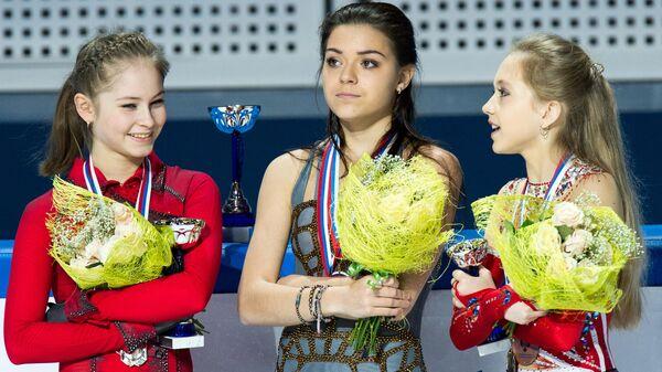Чемпионат России (2013). Церемония награждения: Юлия Липницкая, завоевавшая серебряную медаль, Аделина Сотникова, завоевавшая золотую медаль, и Елена Радионова, завоевавшая бронзовую медаль.