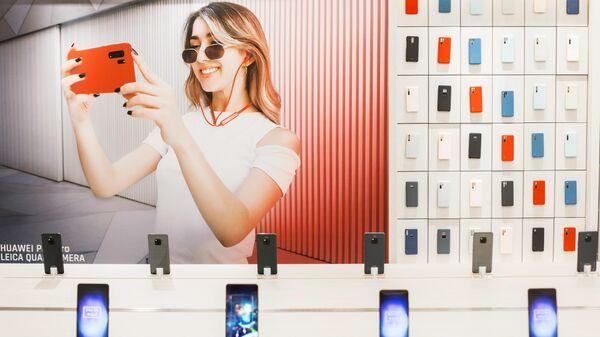 Смартфоны Huawei в фирменном магазине в Мадриде