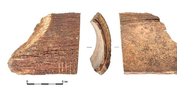Часть фигурки из бивня мамонта, найденная на месте усадьбы князей Нарышкиных в Москве