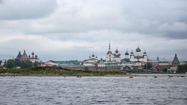 Вид на Соловецкий монастырь со стороны бухты Благополучия
