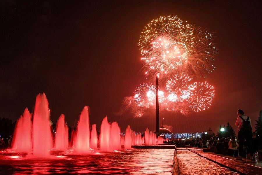 Праздничный салют в честь 75-летия освобождения Севастополя от немецко-фашистских захватчиков на Поклонной горе в Москве