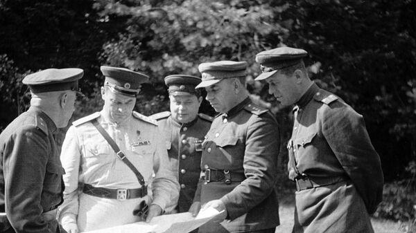 Генерал армии Иван Черняховский c боевыми соратниками обсуждает план штурма Вильнюса