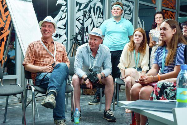 Портфолио-ревью работ участников фотошколы, слева направо : Алексей Мякишев фотограф, Валерий Мельников (эксперты) и участники