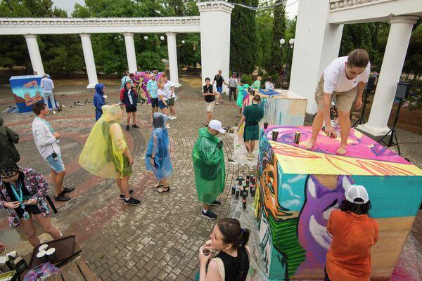 Стрит-фест Cube of fame, организованный в Судаке форумом Таврида. 30 уличных художников со всех уголков страны (участники форума, кураторы и спикеры  школы Стрит-Арт. 6 кейсов) нанесли граффити на 8 специальных кубов в городском саду Судака