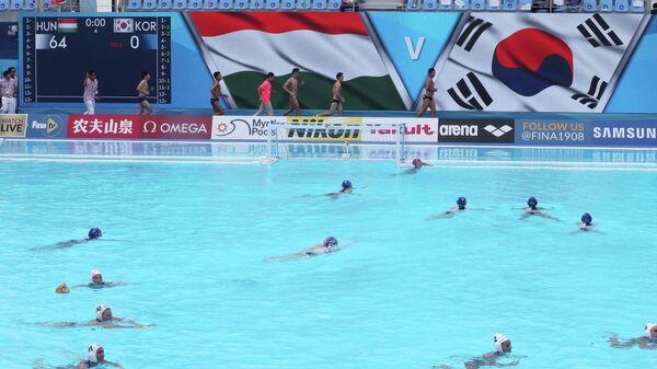 Игровой момент матча женских ватерпольных сборных Южной Кореи и Венгрии
