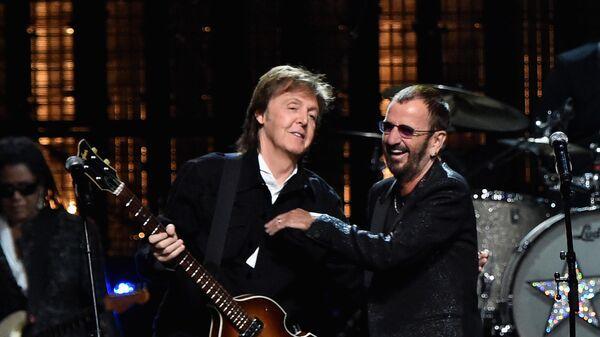 Сэр Пол Маккартни и Ринго Старр на сцене. 18 апреля 2015 года