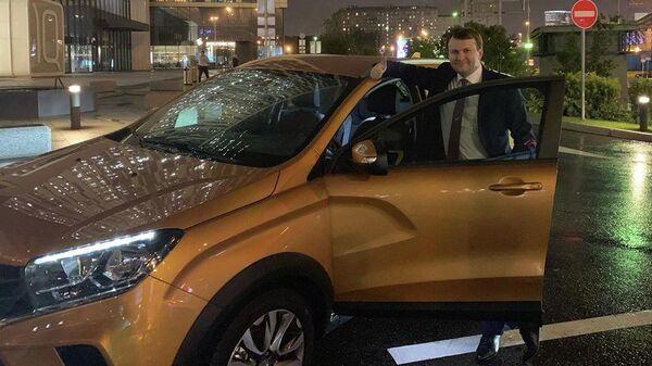 Глава Минэкономразвития Максим Орешкин на форум в Тольятти рядом с автомобилем Lada Xray