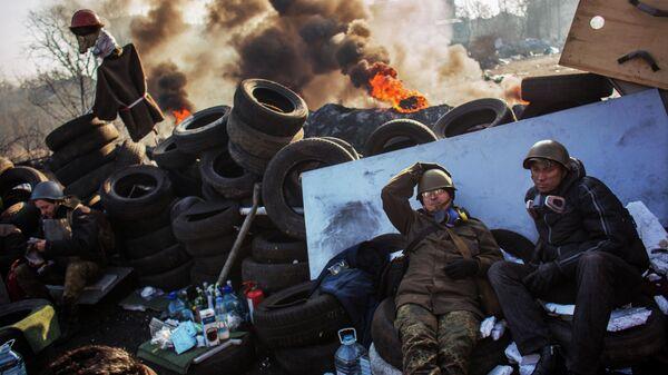 Сторонники радикальной оппозиции на баррикаде Институтской улицы в Киеве