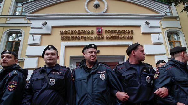 Полицейские у здания Мосгоризбиркома. 15 июля 2019