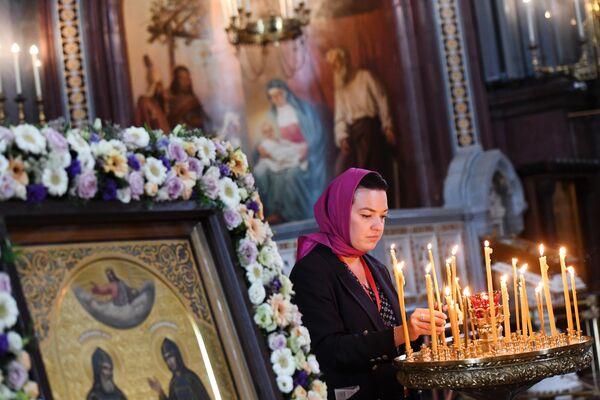 Прихожанка в храме Христа Спасителя, где находятся мощи святых Петра и Февронии, доставленные из Свято-Троицкого женского монастыря Мурома
