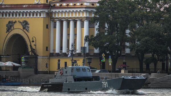 Десантный катер Контр-адмирал Демидов во время выхода боевых кораблей из Санкт-Петербурга в рамках подготовки к Дню ВМФ России