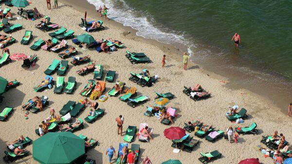 Отдыхающие на берегу Балтийского моря в районе города Светлогорска