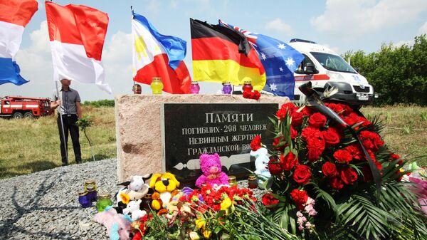 Обелиск, установленный на месте падения малайзийского самолета Боинг-777 в Донецкой области
