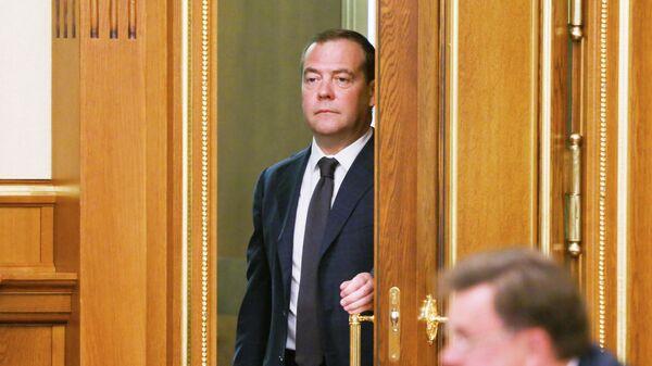 Председатель правительства РФ Дмитрий Медведев перед началом совещания с членами кабинета министров РФ