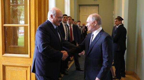 Президент РФ Владимир Путин и президент Белоруссии Александр Лукашенко во время встречи в Таврическом дворце