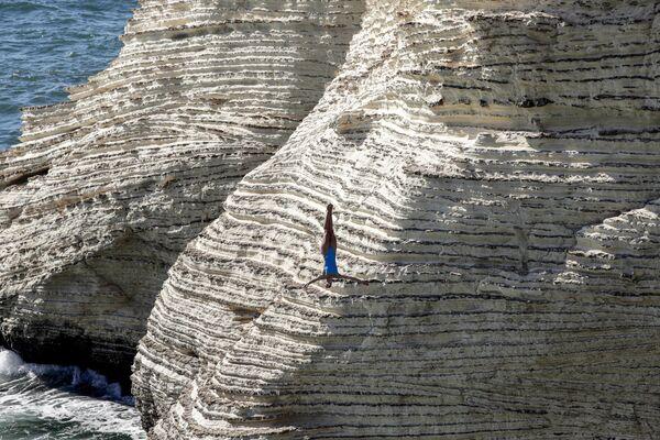 Дайвер прыгает с утеса Raouché неподалеку от Бейрута в рамках турнира Red Bull Cliff Diving 2019