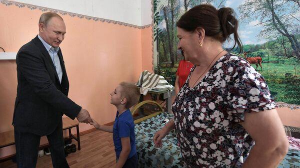 Президент РФ Владимир Путин во время общения с жителями Тулуна в пункте размещения пострадавшего в результате наводнения населения