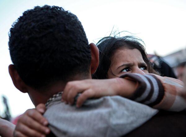 Погрузка беженцев на греческий корабль в порту Бенгази