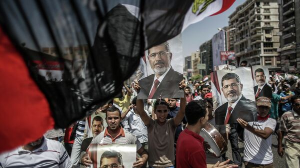 Сторонники свергнутого президента Египта Моххамеда Мурси в палаточном лагере у мечети Рабиа Аддавия в Каире