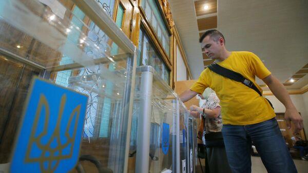 Избиратель голосует на участке в Киеве на досрочных выборах в Верховную раду Украины