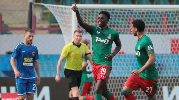 Футболисты Локомотива Антонио Эдер (слева) и Мурило радуются забитому голу