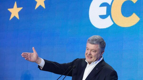 Лидер партии Европейская солидарность Петр Порошенко во время выступления в штабе партии в Киеве