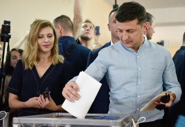 Президент Украины Владимир Зеленский голосует на досрочных выборах в Верховную раду Украины на избирательном участке в Киеве
