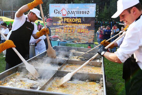 Повара готовят рекордную яичницу из 7777 яиц в рамках IV всероссийского фестиваля Скорлупино