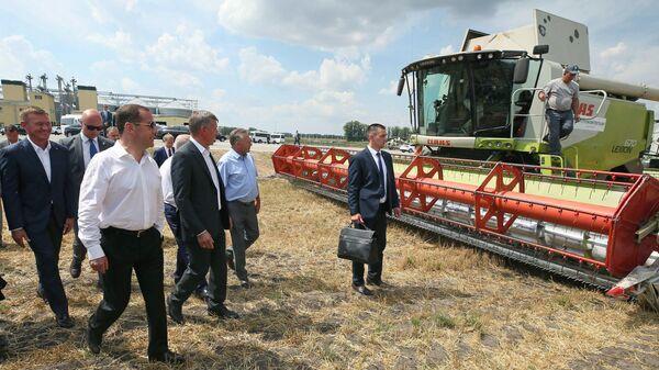 Дмитрий Медведев во время ознакомления с ходом работ по уборке зерновых культур в Курской области. 22 июля 2019